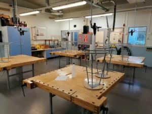 Puutyöluokka, työkaluhyllyt ja 4-istuttavat työpöydät.