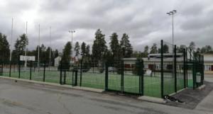 Koulun pihassa on monitoimikenttä, joka on ympäröity aidalla. Pallot eivät pääse karkaamaan kauas. Kentällä voi pelata koripalloa, jalkapalloa, tennistä ja muita pelejä.