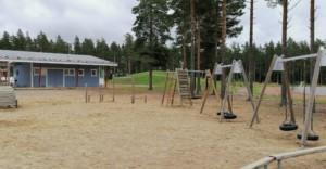 Alakoulun leikkikenttä. Pääasiassa kentällä keinuvat ja kiipeilevät oppilaat eskareista 5. luokkaan saakka.