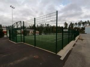 Koulun pihassa on vihreä aidattu monitoimikenttä. Kentällä on vihreä tekonurmi pinta. Kentällä voi pelata koripalloa, jalkapalloa, tennistä, lentopalloa ja muita ulkopelejä.