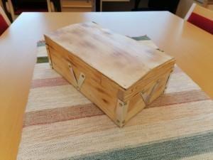 Veeti Olsion puutöissä tekemä puinen arkku. Kulmissa on metallivahvikkeet.