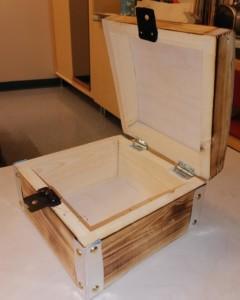 Eevert Lintulan tekemän käsityö, jossa on puinen aarrearkku.