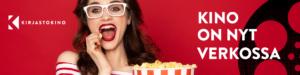 Nainen syö pop corneja, punainen tausta.